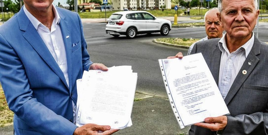 Poseł Tomasz Latos i Andrzej Młyński  pokazują petycję mieszkańców osiedla tatrzańskiego do prezydenta