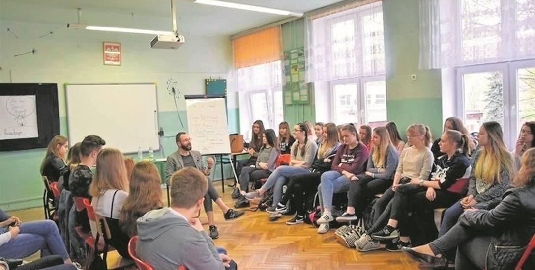 """Podczas kolejnych spotkań z cyklu """"Szkoła czytania 2018"""" uczestnicy będą dyskutować o różnych tekstach literackich"""