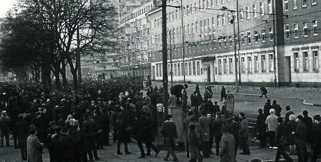 17 grudnia od godz. 16 blokady Rynku Głównego, około  godz. 17 zebrało się przy kościele Mariackim  około 600 osób