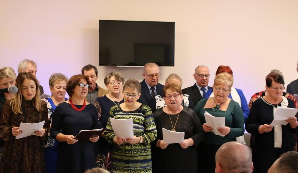 Film do artykułu: Nowy klub seniora powstał w Błogoszowie w gminie Oksa. Seniorzy będą mieli wspaniałe miejsce spotkań i integracji (ZDJĘCIA)
