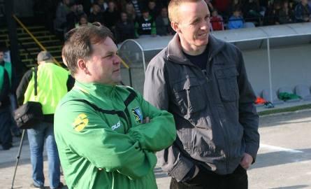 Trener Siarki Tomasz Tułacz (z lewej) oraz Stali Paweł Wtorek grali przed laty w Tłokach Gorzyce, teraz prowadza dwie najlepsze drużyny Podkarpacia.