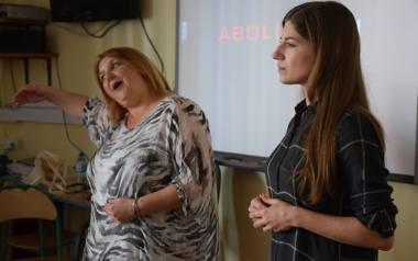 Leanne Rhodes (z lewej) przestrzega nastolatków przed porywaczami, obok tłumaczka Magdalena Sułkowska.