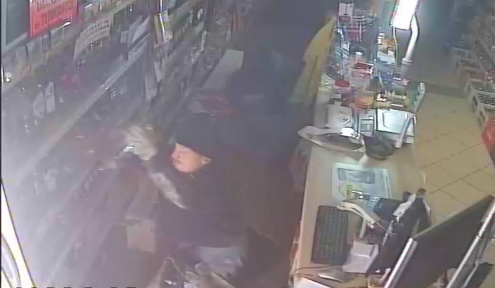 Film do artykułu: W środku nocy plądrowali sklep w Oblekoniu. Uciekli z wódką i papierosami. Policja pokazuje ich twarze. Kto rozpozna podejrzewanych?