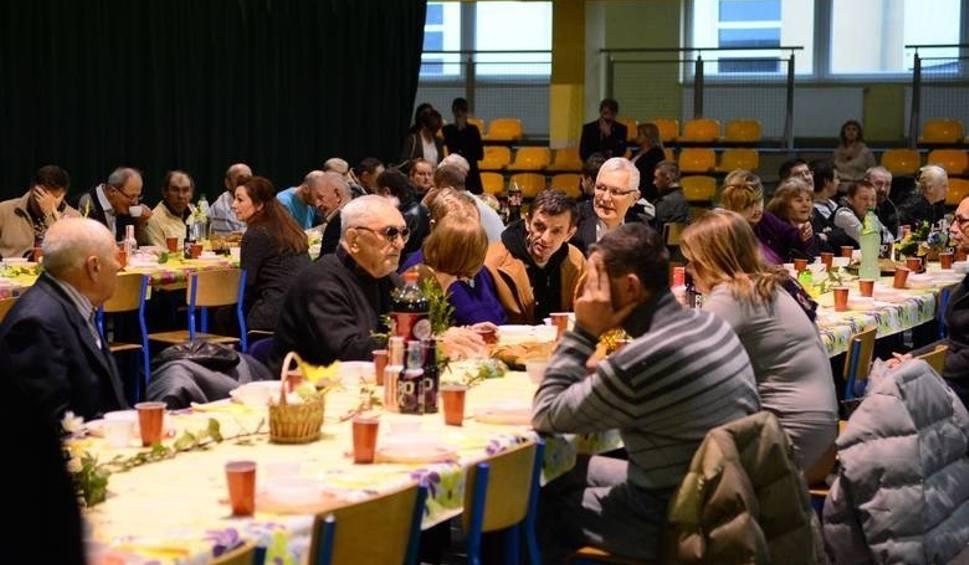 Film do artykułu: Radom. Wielkanocne śniadanie dla samotnych osób już w niedzielę. Organizatorzy chcą przyjąć nawet kilkaset osób