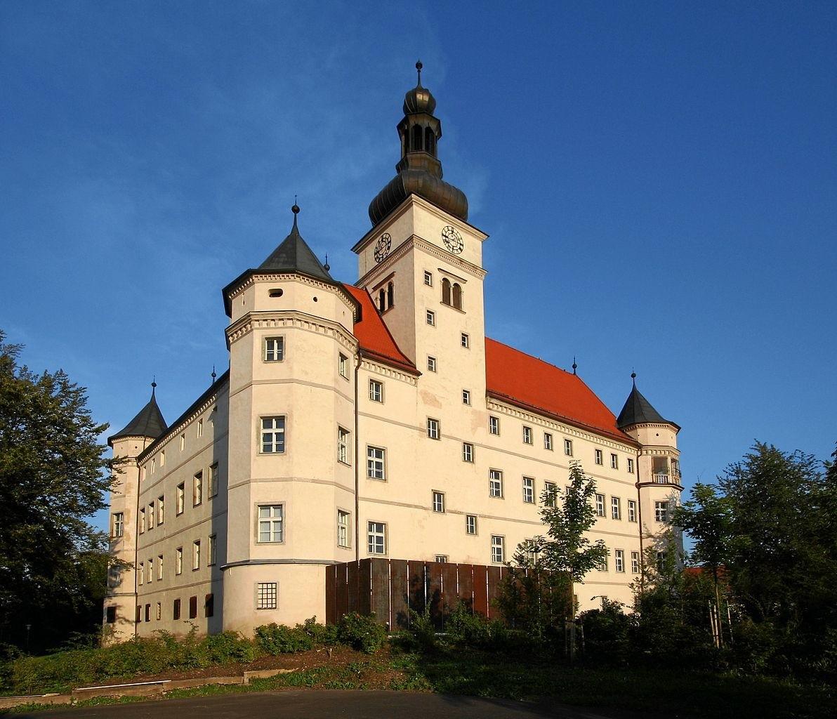 XVII-wieczny zamek w miejscowości Alkoven (obok Linzu) w Górnej Austrii. W czasie II wojny światowej, utworzono tam jeden z ośrodków eutanazji w III