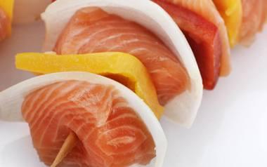 Szaszłyk z łososiem i warzywami.
