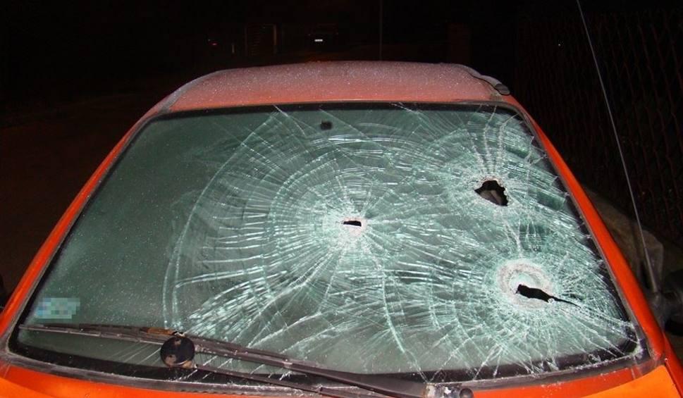 Film do artykułu: Rozwścieczony ojciec po kłótni z synem zdemolował mu samochód... siekierą