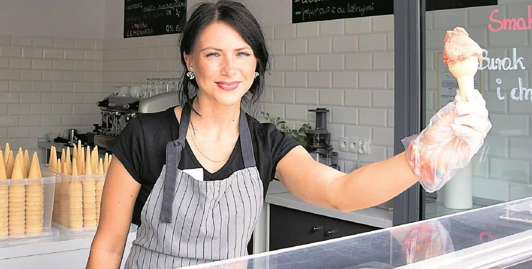 """Katarzyna Joras w lodziarni przy ul. Chrobrego (kiedyś były tu delikatesy). Gorzowianie już """"kupili"""" to miejsce, tym bardziej że do lodów doszły stoliki"""