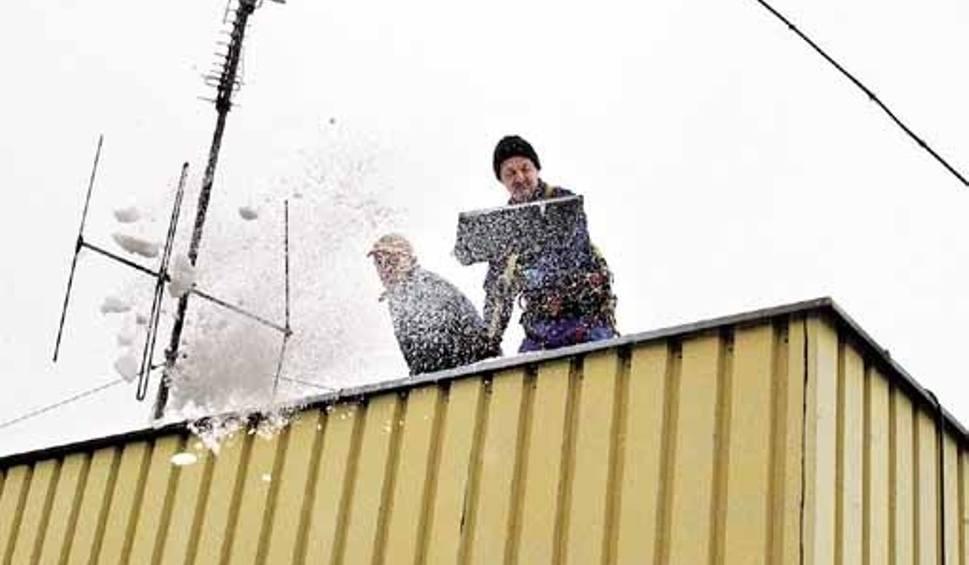 Film do artykułu: Śnieg zalegający na dachach może być bardzo groźny dla konstrukcji nośnych budynków - uczulają strażacy