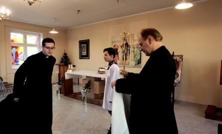 Ksiądz Roman najpierw przeprowadza... wywiad środowiskowy. - Podpytuję, czy osoby chodzą do pracy. Jeśli nie, to czy mają renty, emerytury - tłumaczy