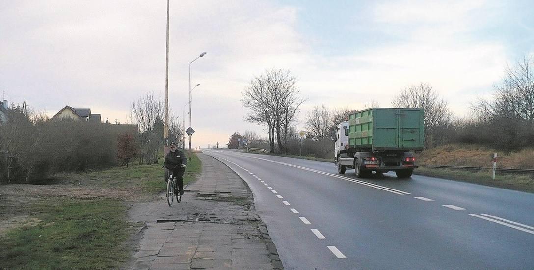 Sprawa z przebudową chodnika na ulicy Broniewskiego i ewentualną budową tam ścieżki pieszo - rowerowej nie jest taka prosta. - Najpierw trzeba zrobić
