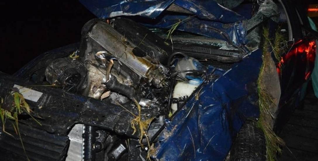 Auto prowadzone przez 25-latkę na zakręcie z drogi w Steklinie wypadło z szosy i dachowało