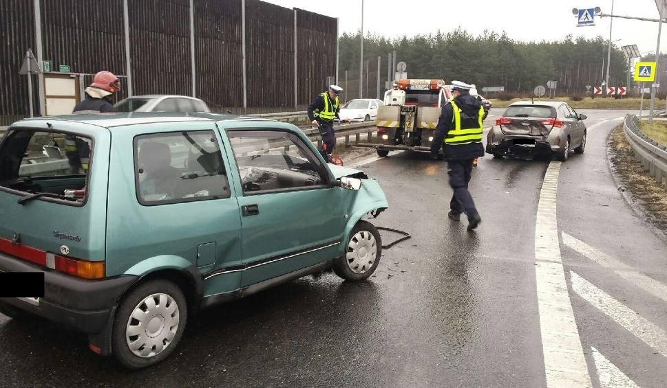 Film do artykułu: Cedzyna. Zderzenie dwóch aut na ekspresówce. Jedna osoba ranna