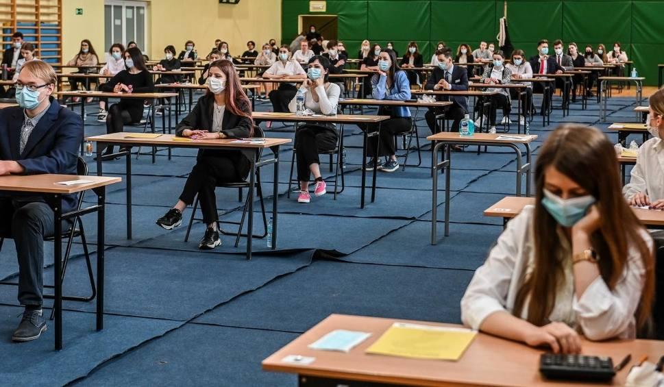 """Film do artykułu: Matura 2021: język angielski. """"To był najłatwiejszy egzamin ze wszystkich"""" - oceniają uczniowie. Co jeszcze mówią?"""