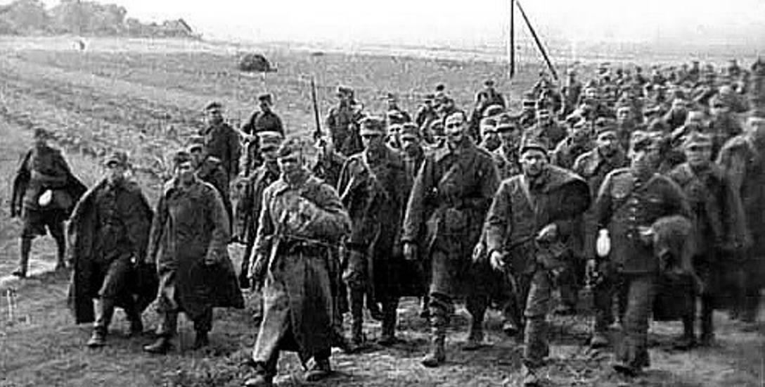 Długie szeregi żołnierzy w charakterystycznych szarych szynelach - Armia Czerwona wchodzi do Polski 17 września 1939 roku.