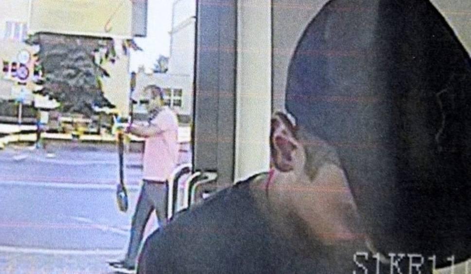 Film do artykułu: Kto rozpozna mężczyzn podejrzewanych o kradzież w Jędrzejowie? Policja ujawnia wizerunki