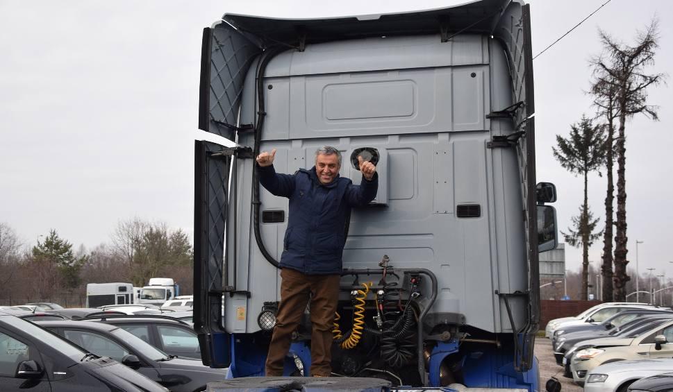 Film do artykułu: Fardin Kazemi czeka na rejestrację ciężarówki, ale formalności są już na finiszu. Kiedy przyjedzie do Polski?