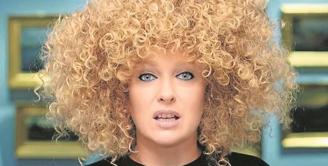"""W teledysku do piosenki """"Nagasaki"""" piosenkarka prezentuje swój nowy wizerunek - z bujną czupryną w stylu afro"""