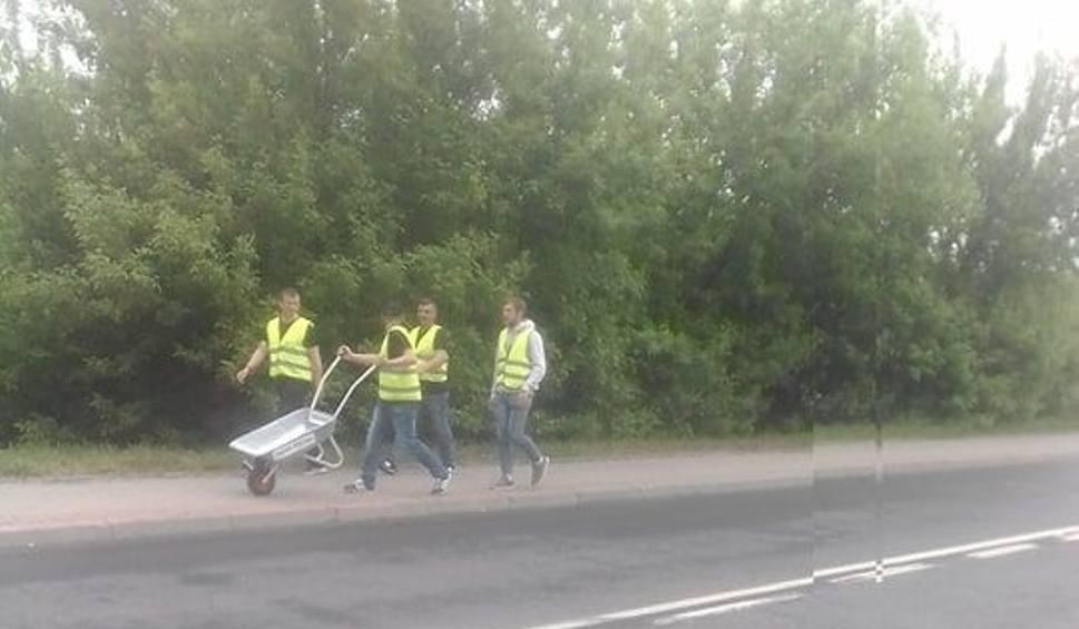 Film do artykułu: Rolnicy ze Świętokrzyskiego z taczkami przeszli 112 kilometrów. Zostawili je przed siedzibą prezesa Jarosława Kaczyńskiego