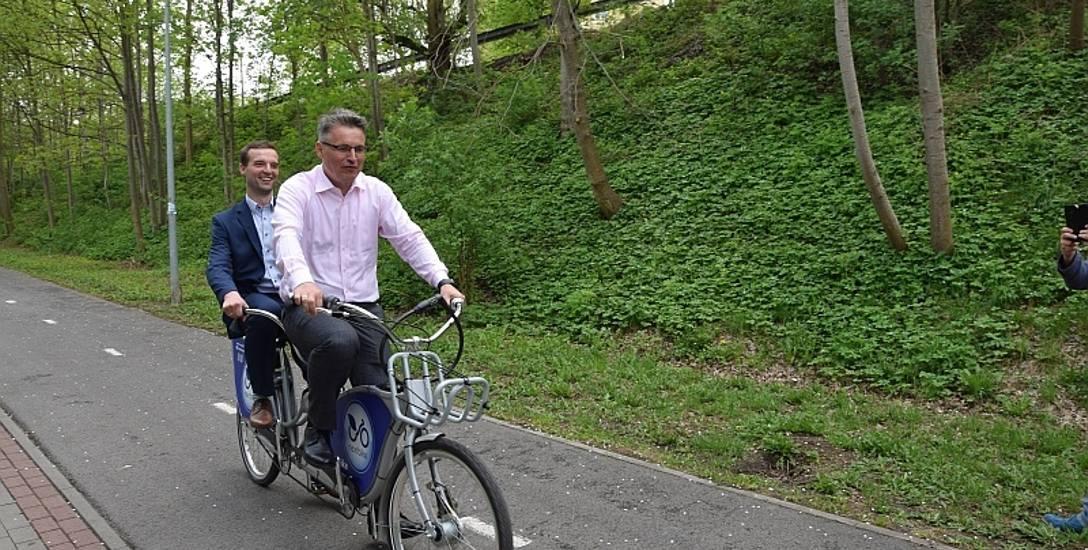 Prezydent Janusz Kubicki i prezes stowarzyszenia Rowerem do przodu wypróbowali wczoraj miejski rower  - tandem - na Zielonej Strzale, na której podpisano