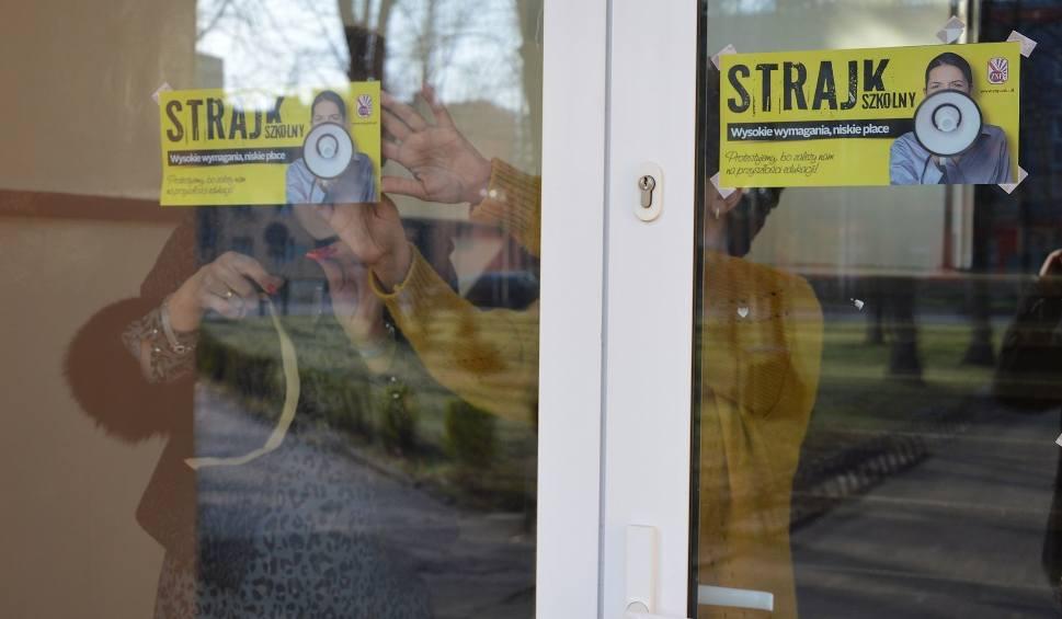 Film do artykułu: Strajk nauczycieli tylko do piątku. Część ostrowieckich szkół już wznowiła zajecia