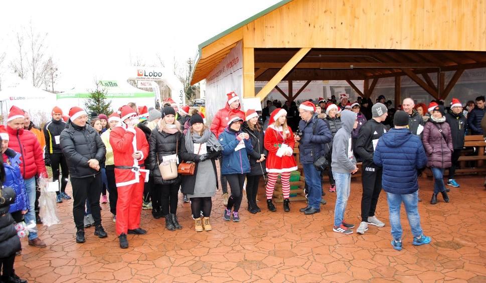Film do artykułu: Charytatywny Bieg Mikołajkowy 2018 odbył się w Hucie koło Lipska. Biegacze i internauci wsparli niepełnosprawne dzieci z tamtejszego Ośrodka