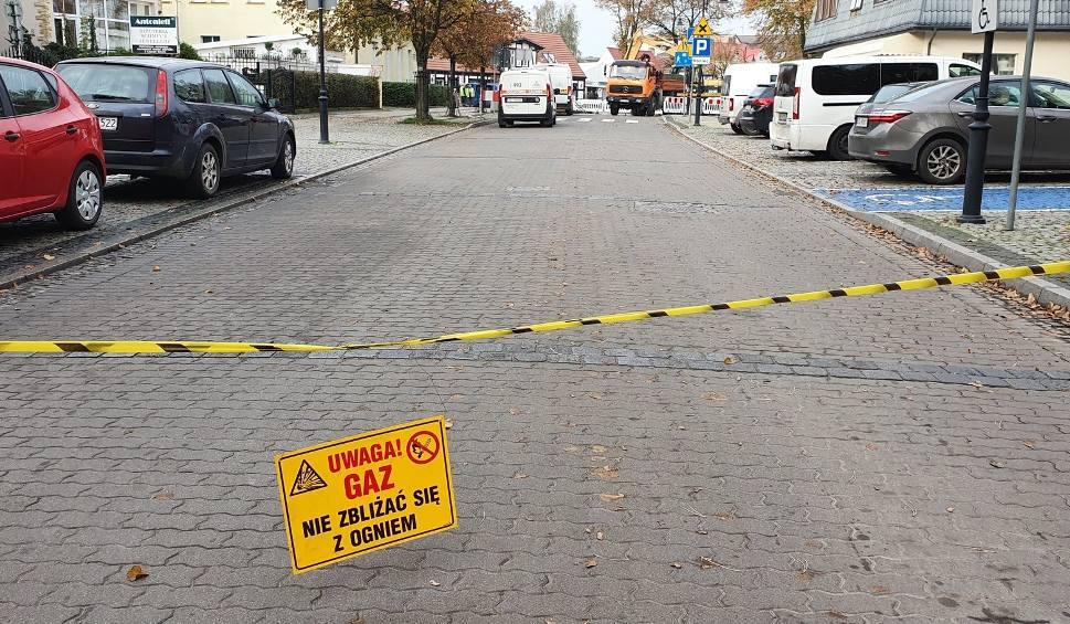 Film do artykułu: Awaria wodociągów, dziura w jezdni. Autobus uszkodził gazociąg