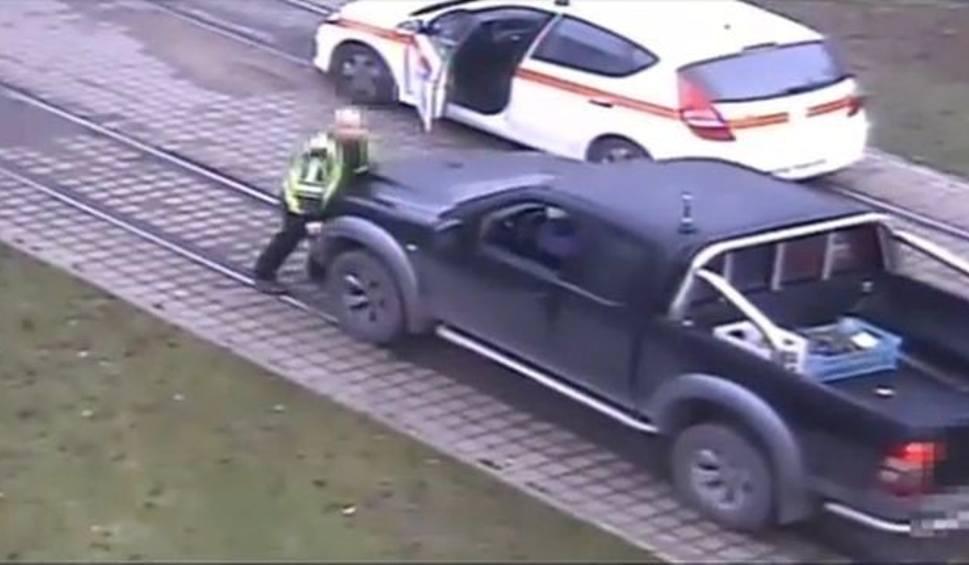 Film do artykułu: Pickupem chciał potrącić pracownika MZK na torowisku!