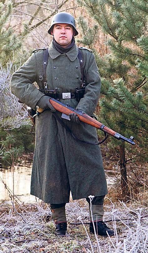 Waffen-Grenadier łotewskiego 34. pułku grenadierów SS podczas działań nad Jeziorem Dołgie w ostatnich dniach lutego 1945 r. Żołnierz posiada płaszcz