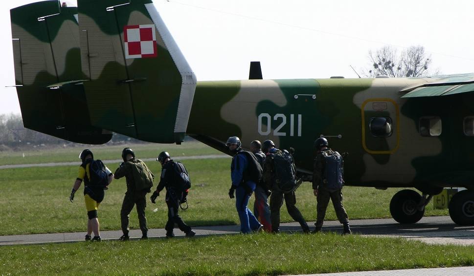 Film do artykułu: Na lotnisku wojskowym na Sadkowie w Radomiu ćwiczyli spadochroniarze. W zgrupowaniu wzięli udział kadeci z Lotniczej Akademii Wojskowej