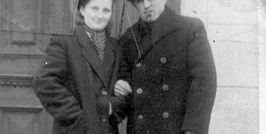 Irmgard i Józef Kłosowie przed ich domem w Główczycach.Zdjęcie wykonano w  1951 roku
