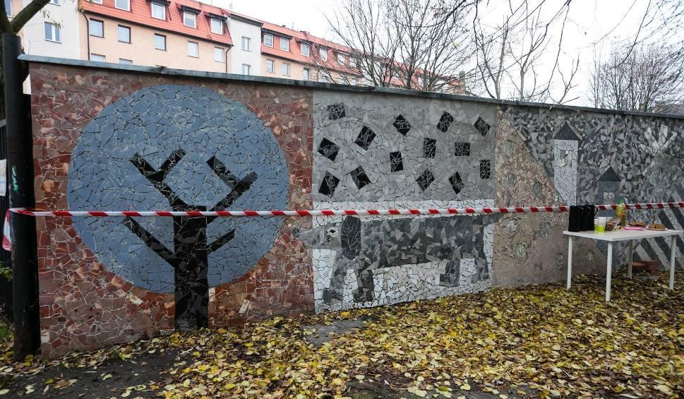 Film do artykułu: Nowa mozaika w Szczecinie. Piesek na kamienicy koło Turzyna [ZDJĘCIA]