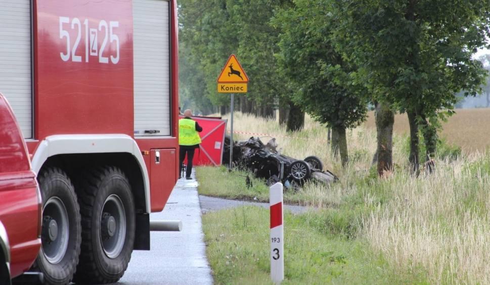 Film do artykułu: Śmiertelny wypadek w okolicach Noskowa (gm. Sławno) 7.07.2019.  Na drodze krajowej nr 6 zginęły dwie młode osoby [zdjęcia, wideo]