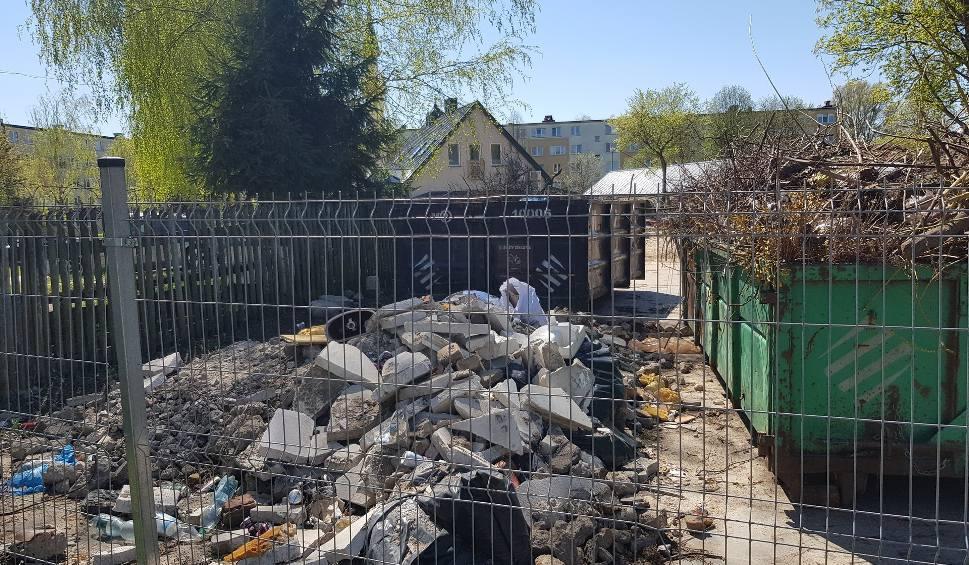 Film do artykułu: Białystok. Spółdzielnia mieszkaniowa urządziła składowisko odpadów tuż przy meczecie. Mieszkańcy apelują o przeniesienie śmietniska