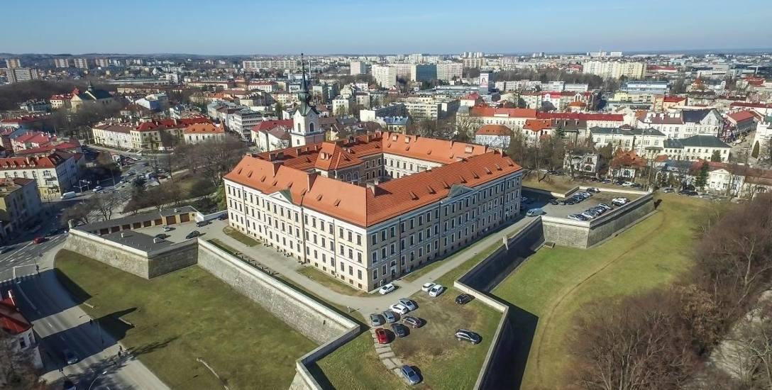 Rzeszowski zamek zajmuje w tej chwili Sąd Okręgowy.