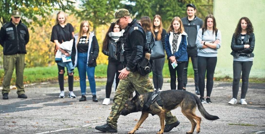 Podczas dnia otwartego odbył się pokaz umiejętności psa służbowego do wykrywania narkotyków
