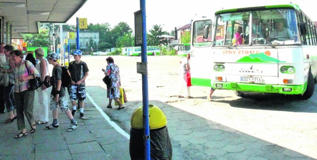 PKS na dworcu w Bielsku-Białej, zdjęcie pocz. XXI wieku. PKS Żywiec do 2014 zapewniał dojazd do wielu beskidzkich miejscowości. Dziś są tu prywatni