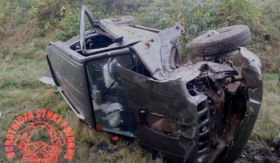 Film do artykułu: Wypadek w Brynku. Kierowca uderzył w słup ZDJĘCIA Samochód kompletnie zniszczony
