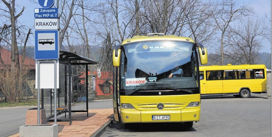 Na placu miejskim wygospodarowano dwa stanowiska dla autobusów dalekobieżnych