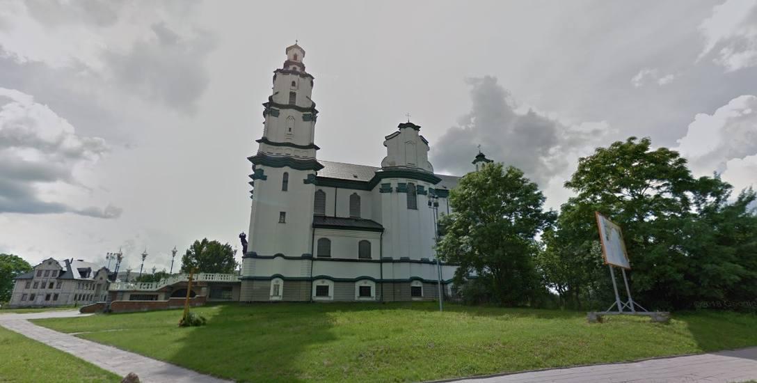 Najgorzej jest ze ścianami od strony al. Jana Pawła II. Odpada nie tylko tynk, ale też fragmenty cegieł.