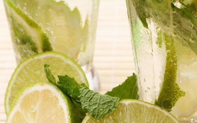 Limonka jest świetnym dodatkiem do napojów - od zwykłej wody i herbaty, po drink mojito.