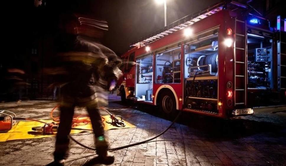 Film do artykułu: Wyciek płynnego szkła w hucie w Radomiu. Jedna osoba trafiła do szpitala. Na miejcu wiele jednostek straży pożarnej. Wyciek został opanowany