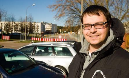 Karol Pryszczepko już parkuje samochód kilkadziesiąt metrów od swojego bloku, bo fragment ul. Armii Krajowej został zamknięty