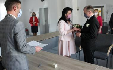 Ślub w maseczkach ochronnych w Wasilkowie. Ceremonię poprowadził Adrian Łuckiewicz, burmistrz
