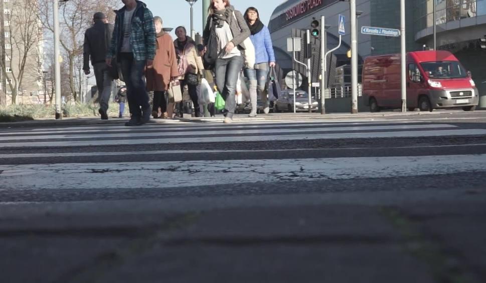 Film do artykułu: Coraz więcej ludzi ginie w wypadkach na przejściach dla pieszych NOGA Z GAZU. RAPORT DZ