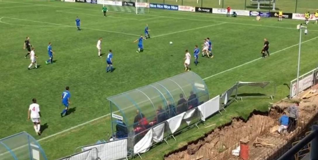 Na stadionie, gdy trwały rozgrywki piłkarskie prowadzone też były prace remontowe