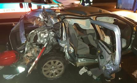 Grożny wypadek na Włókniarzy. Kierowca renault uderzył w latarnię [ZDJĘCIA, FILM]