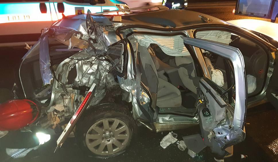 Film do artykułu: Grożny wypadek na Włókniarzy. Kierowca renault uderzył w latarnię [ZDJĘCIA, FILM]