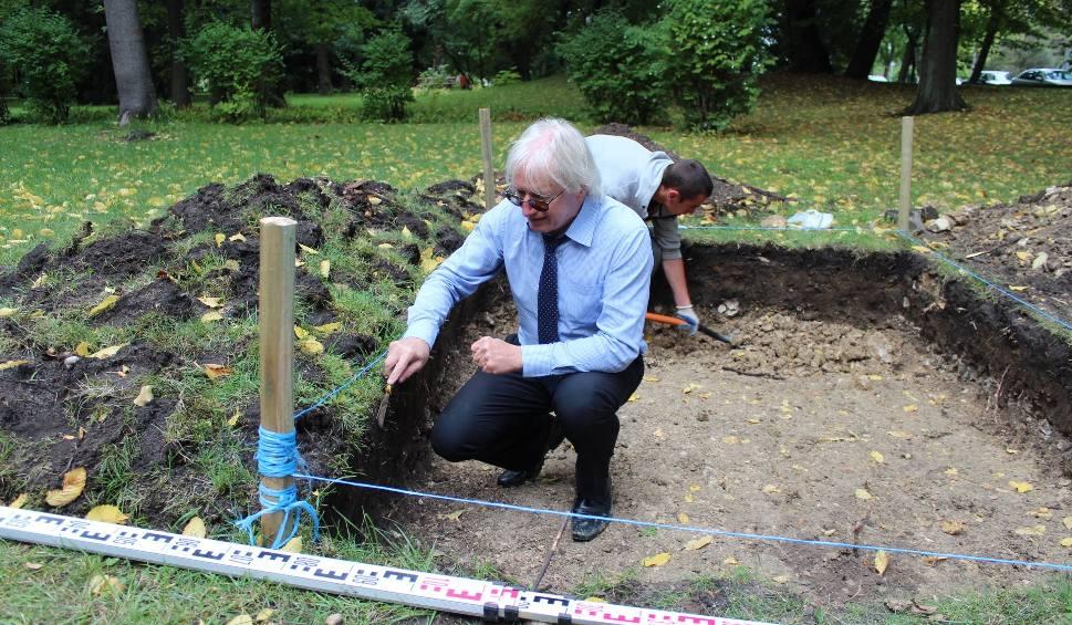 """Film do artykułu: Chrzanów. Archeolodzy prowadzą wykopaliska. Są pierwsze """"skarby"""""""