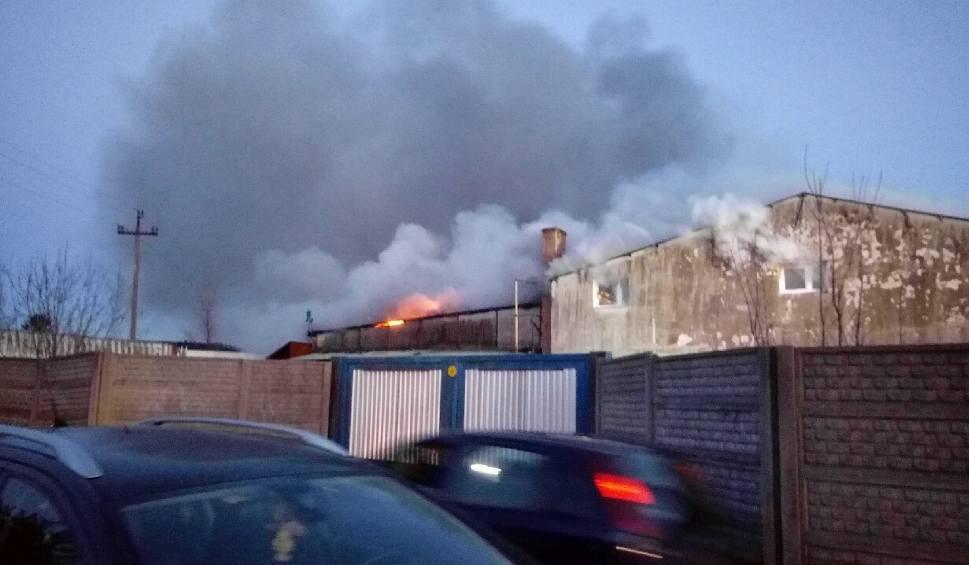 Film do artykułu: Pożar w Gościcinie koło Wejherowa 11.03.2019. Pali się hala odzieżowa